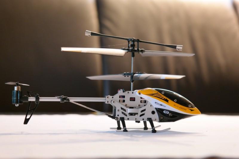 Med en fjernstyret helikopter er det muligt for alle at flyve helikopter